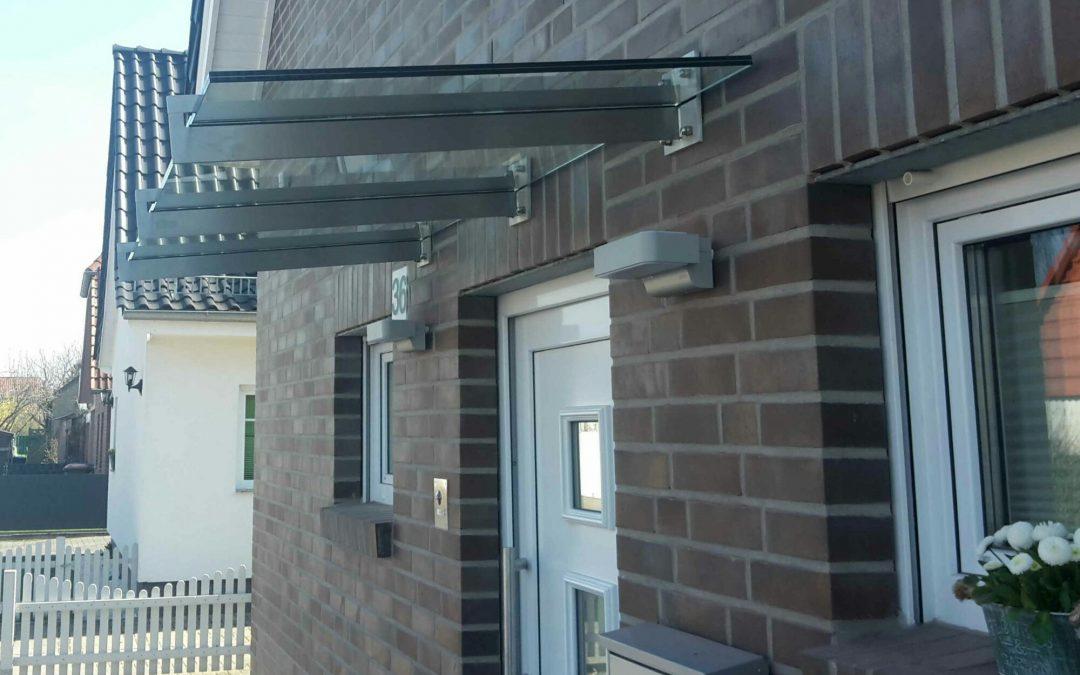 Das Vordach schützt vor Regen und bietet einen stilvollen Hingucker für ihr Haus